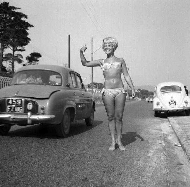 Femme en maillot de bain qui fait du stop