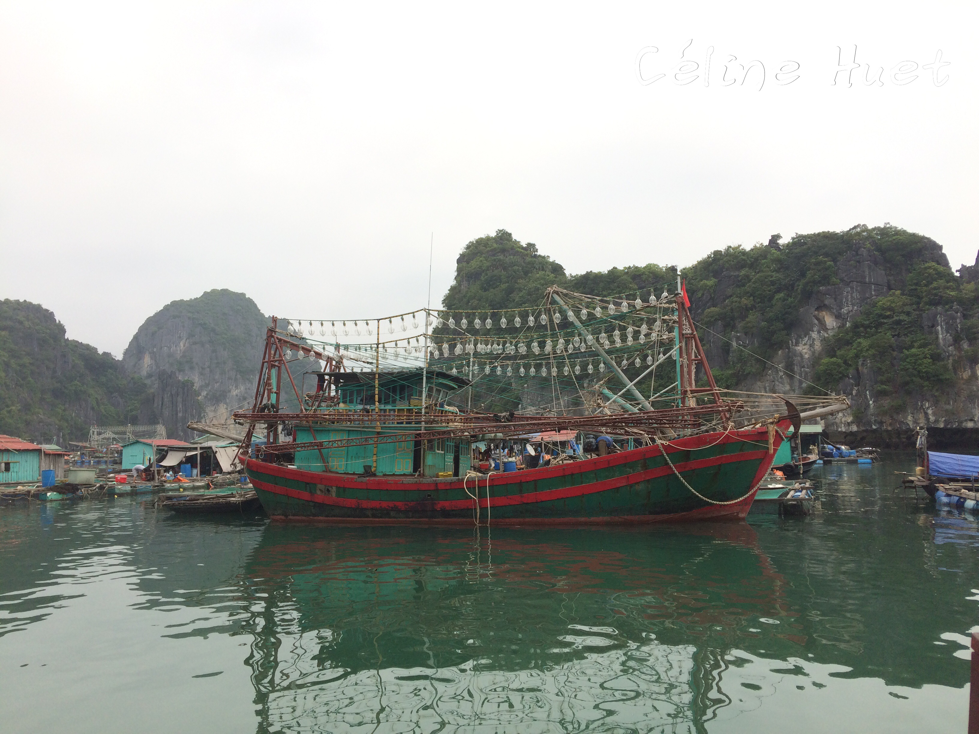 Village de pêcheurs Baie d'Halong Vietnam Asie