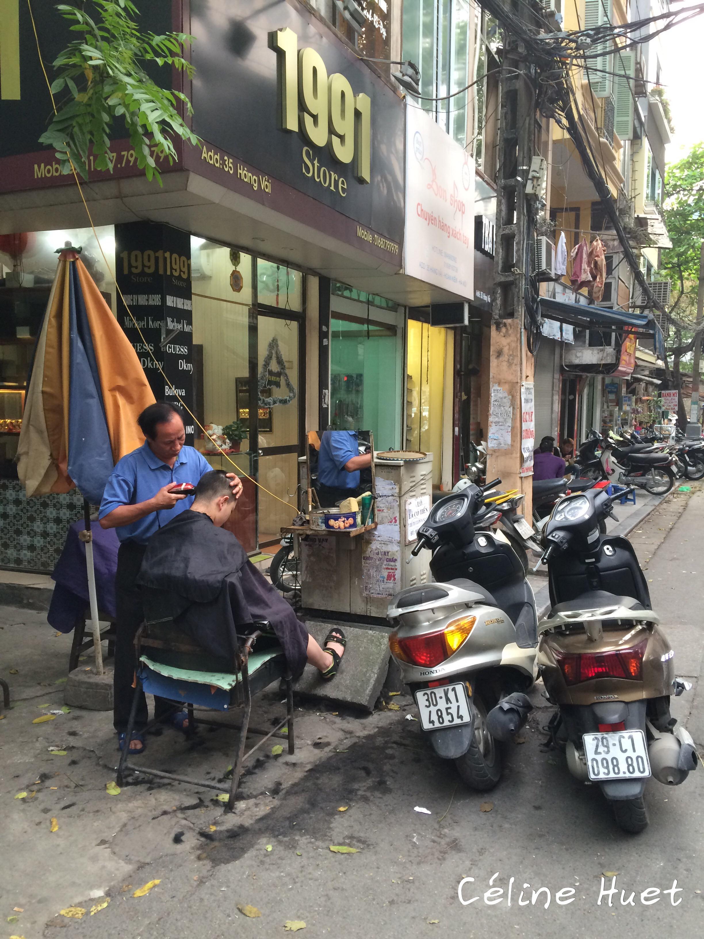 Coiffeur dans la rue Hanoï Vietnam Asie