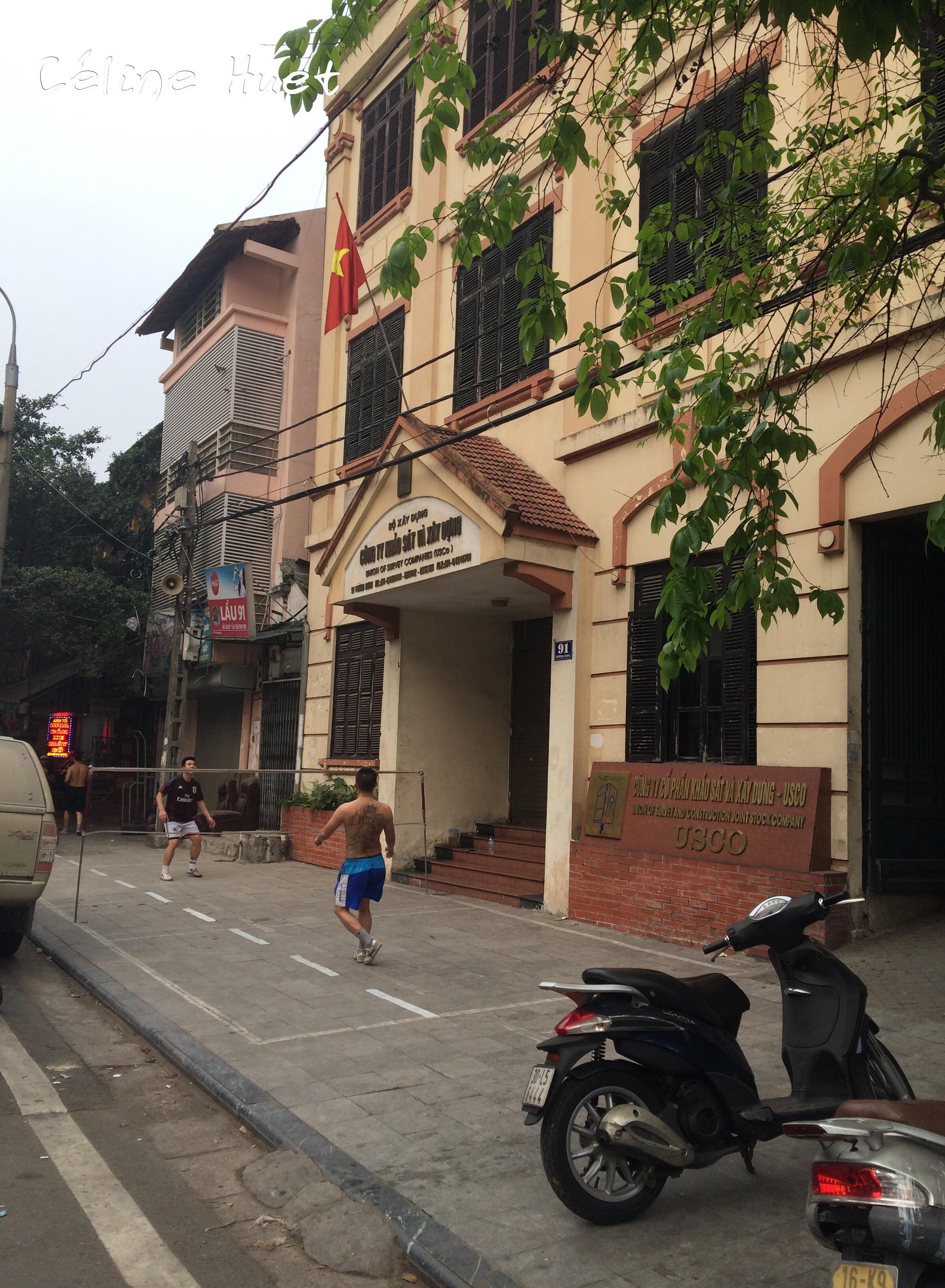 Terrain de sport dans la rue Hanoï Vietnam Asie