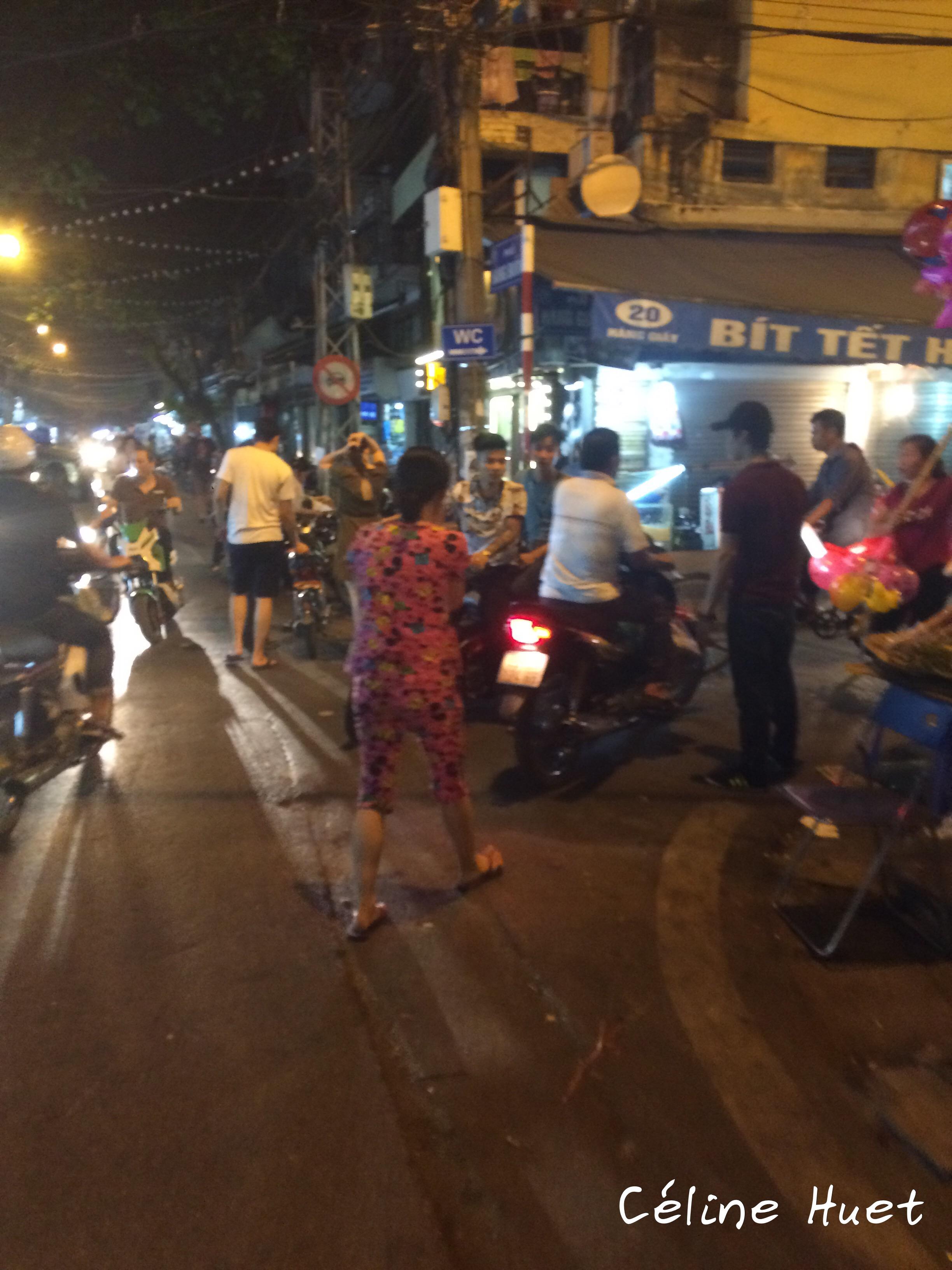 Vietnamienne en pyjama dans la rue Hanoï Vietnam Asie