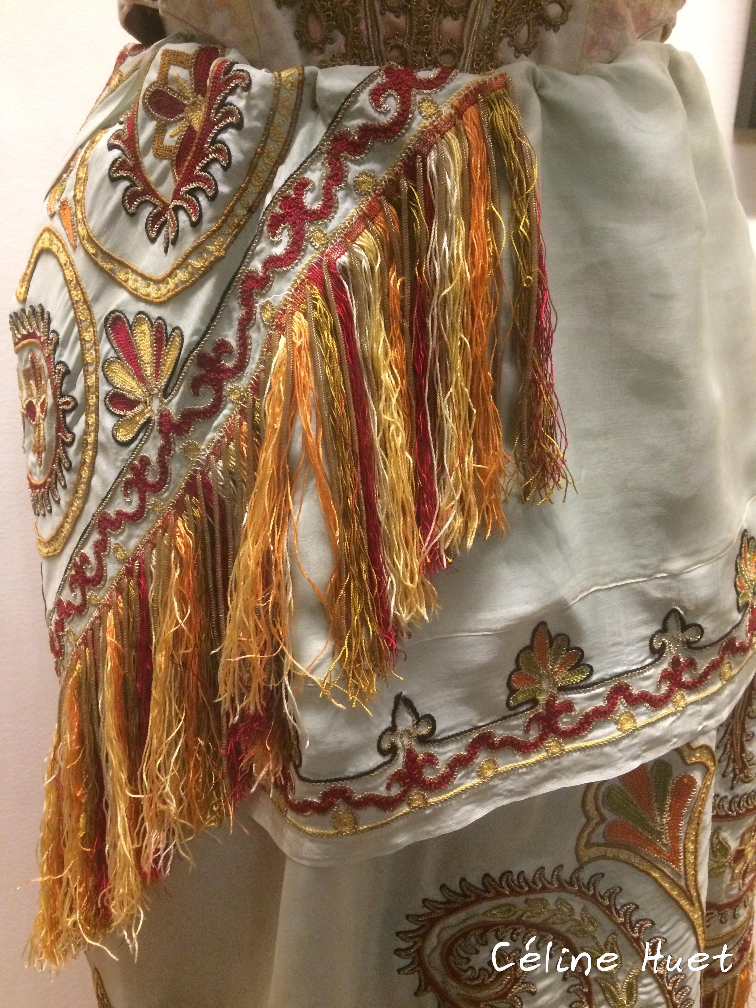 Détail de son costume de cantatrice Exposition Alexandra David-Néel Musée Guimet Paris