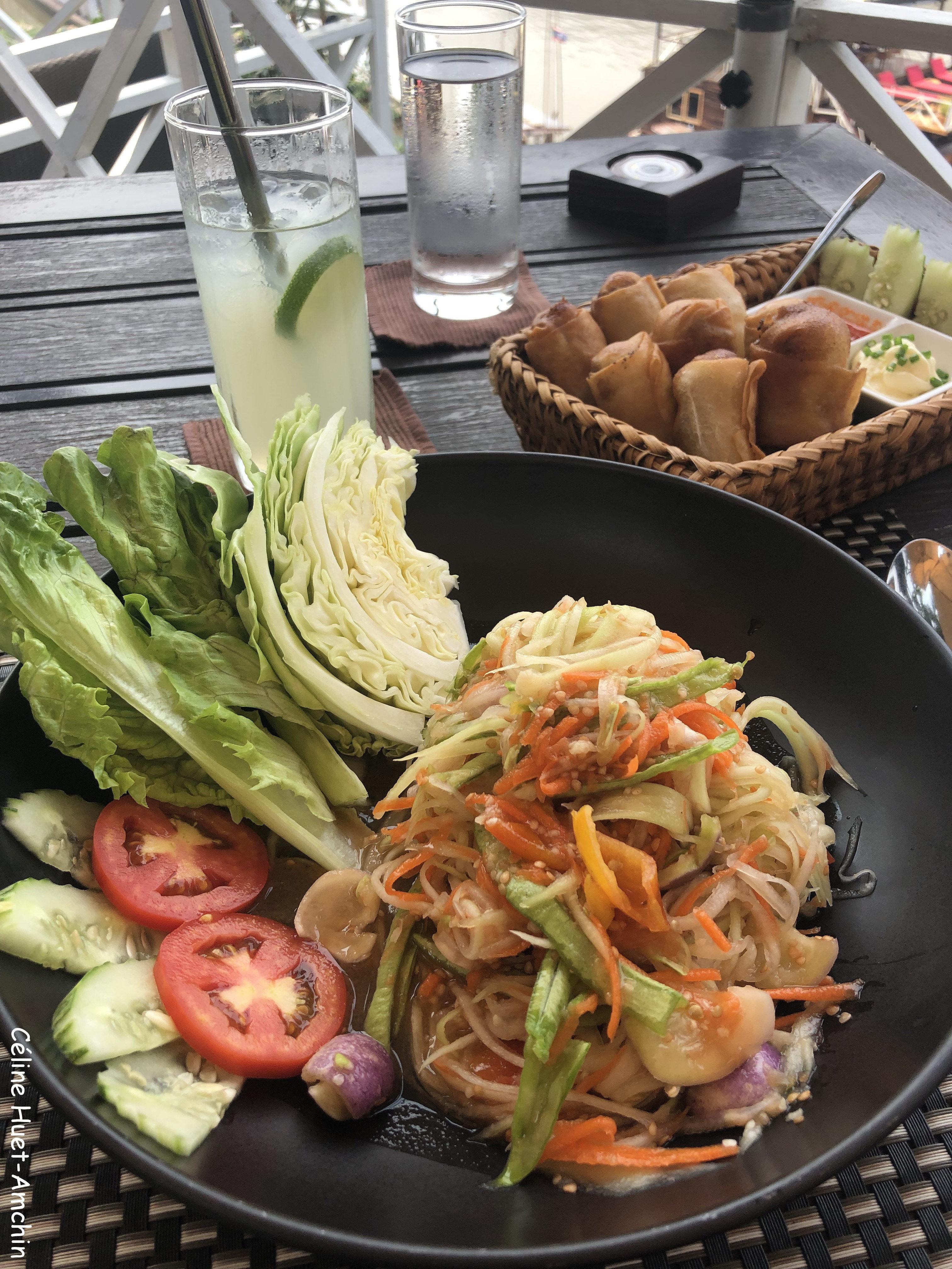Salade de papaye et nems laotiens The Belle Rive Boutique Hotel terrace Luang Prabang Laos Asie