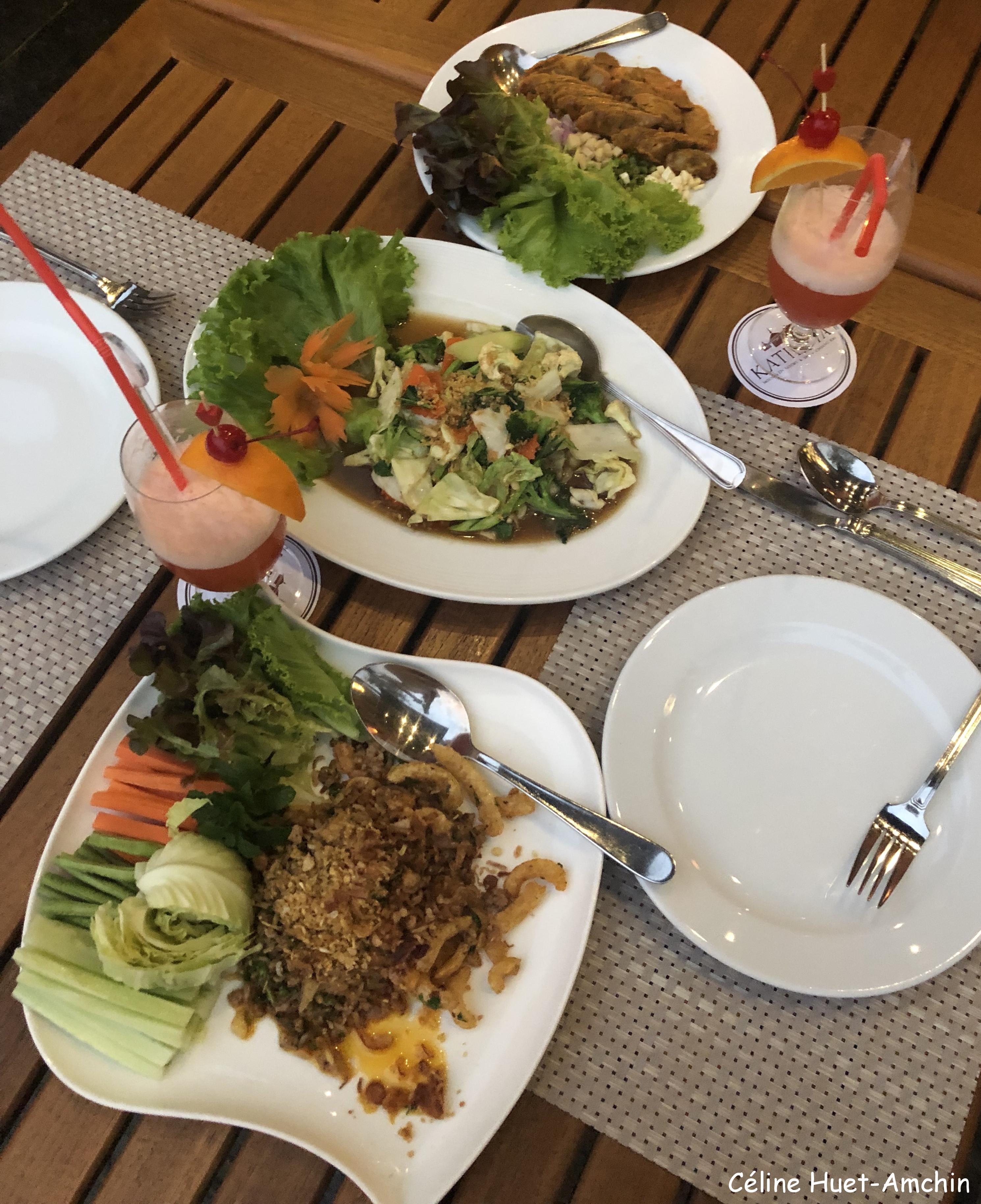 Northen style sausages and pork Mixed vegetables Mai Tai Hôtel Katiliya Mountain Resort & Spa Mae Chan Chiang Rai Thaïlande Asie